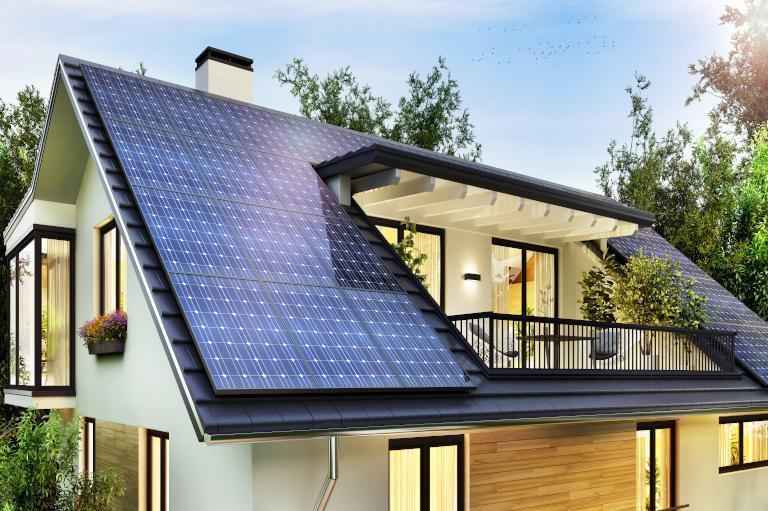 dach zpanelami słonecznymi